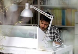 Paco Roca trabajando en su estudio. Fuente: www.pacoroca.com